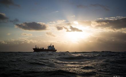 Foto Schiff im Sonnenaufgang auf der Nordsee von Ronny Walter