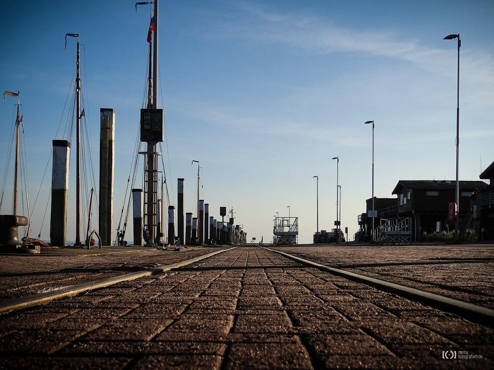 Foto Schienen am Hafen von Wangerooge von Ronny Walter