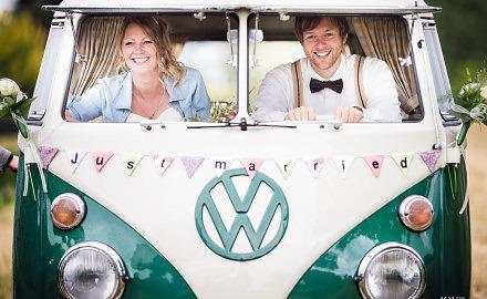 Foto Hochzeitsfotos im Regen mit Picknick und VW T1 Bus von Ronny Walter