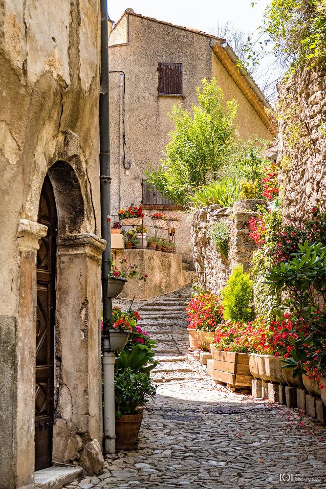 Foto Farbenfrohe Gassen in Montbrun-les-Bains von Bärbel Stork
