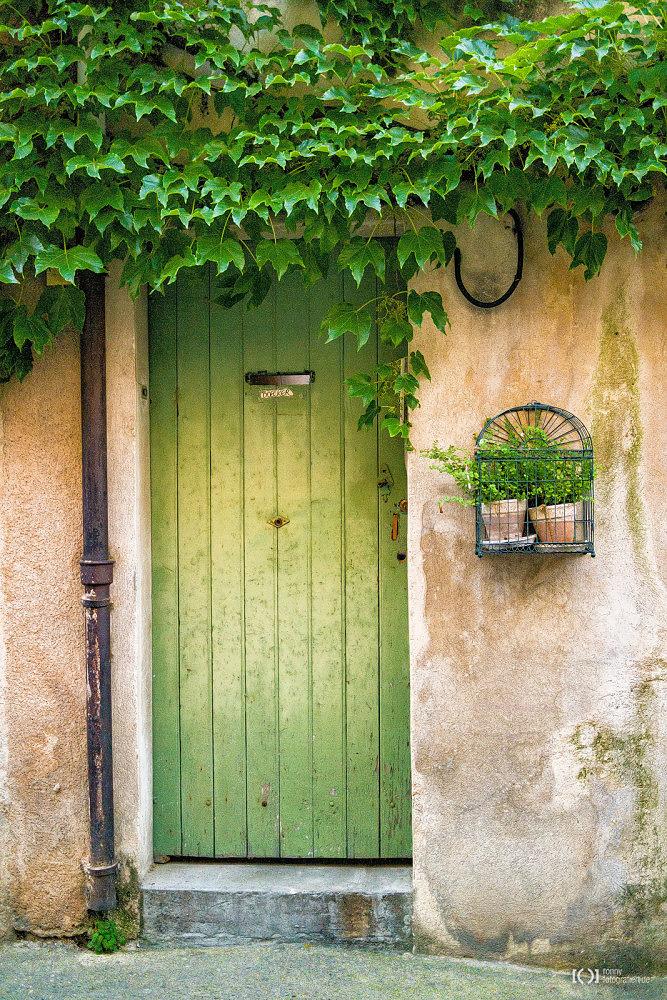 Foto Typischer Hauseingang in der Provence von Ronny Walter