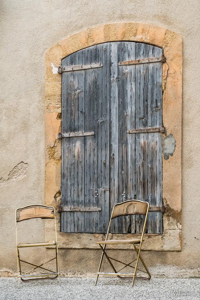 Foto Alte Klappstühle vor verwitterten Fensterläden von Bärbel Stork