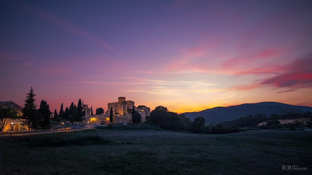 Foto Schloss Lourmarin im Sonnenuntergang von Ronny Walter