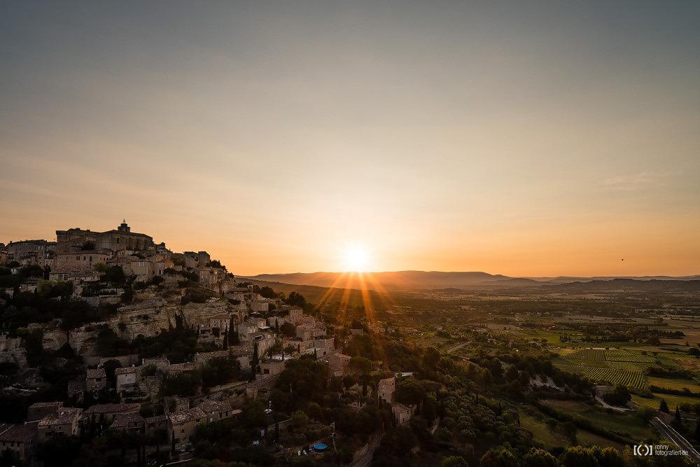 Foto Panorama von Gordes beim Sonnenaufgang von Ronny Walter