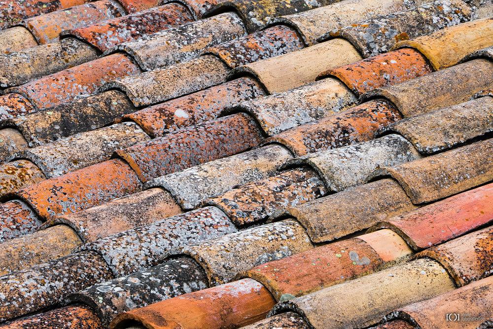 Foto Verwitterte bunte Dachziegel von Bärbel Stork