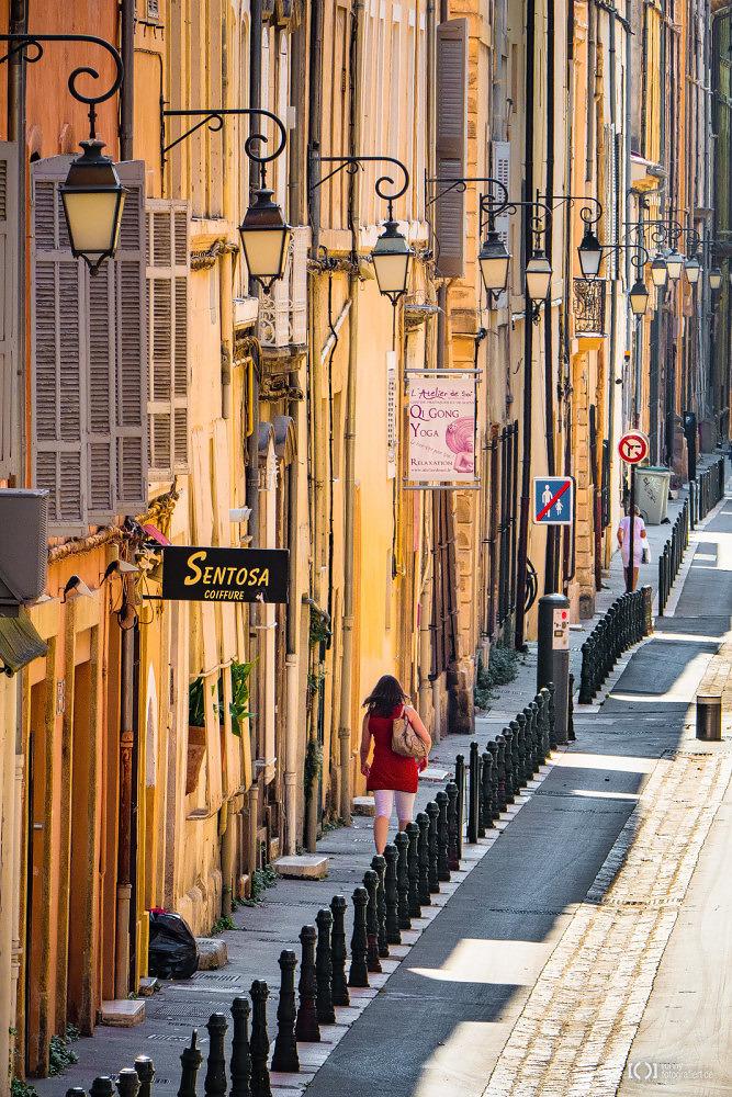Foto Laternengesäumte Seitenstraße in Aix-en-Provence von Ronny Walter