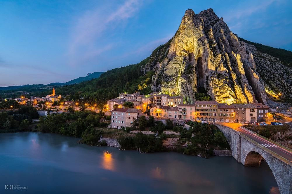 Foto Sisteron mit dem Fluss Durance am markanten Fels Rocher de la Ba von Ronny Walter