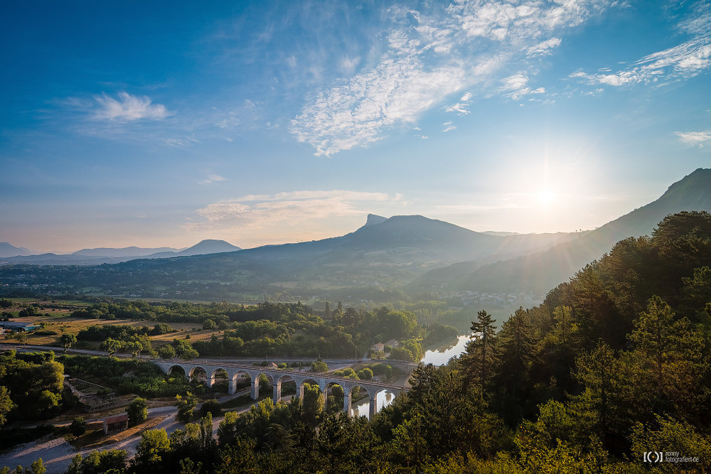 Foto Eisenbahnbrücke am Stadtrand von Sisteron im Sonnenaufgang von Ronny Walter
