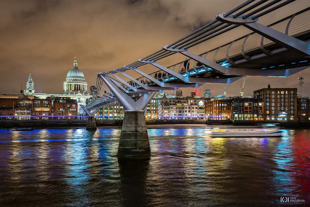 Foto Millennium Bridge mit Blick auf Saint Paul's Cathedral von Ronny Walter