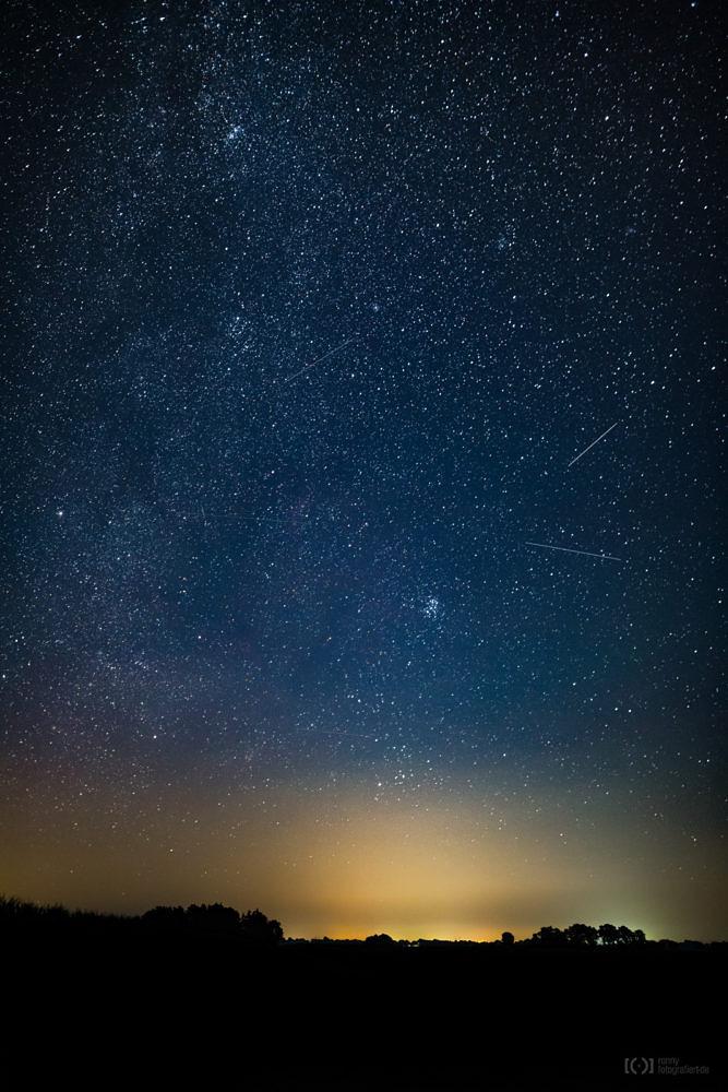 Foto Sternenhimmel mit Satellitenspuren von Ronny Walter