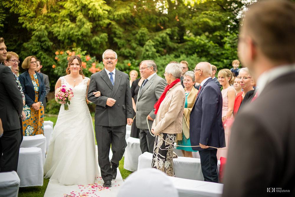 Foto Braut und Brautvater bei der freien Trauung von Ronny Walter
