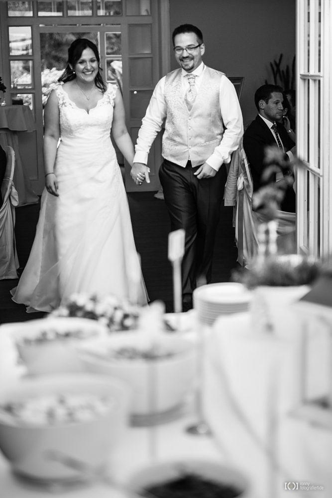 Foto Braut und Bräutigam eröffnen das Buffet von Ronny Walter
