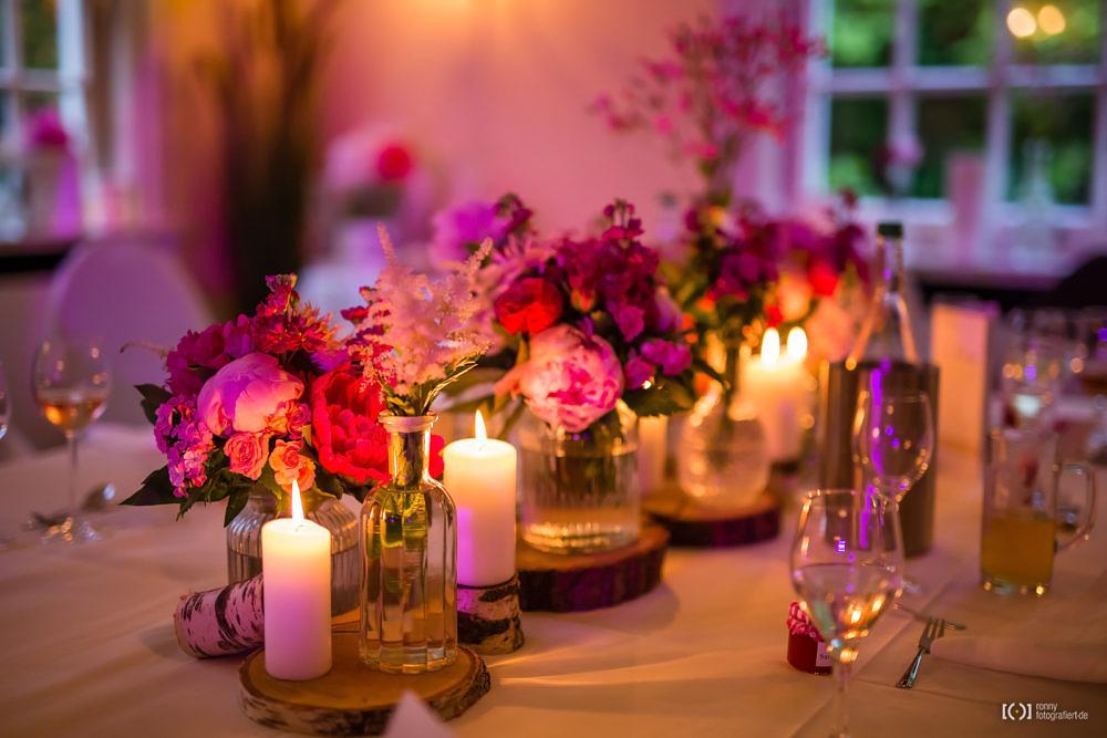 Foto Stimmungsvolle rote Tischdeko im Kerzenschein von Ronny Walter